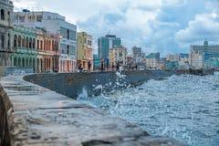 哈瓦那,古巴- 2017年10月20日:哈瓦那老镇和Malecon地区与加勒比海波浪 免版税库存图片