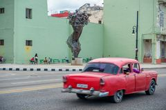 哈瓦那,古巴- 2017年10月20日:哈瓦那老镇和Malecon地区与纪念碑和老出租汽车车 古巴 免版税图库摄影