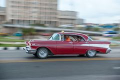 哈瓦那,古巴- 2017年10月20日:哈瓦那老镇和Malecon地区与老出租汽车车 古巴 摇摄 库存照片