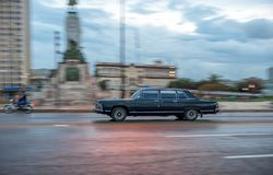 哈瓦那,古巴- 2017年10月20日:哈瓦那老镇和Malecon地区与老出租汽车车 古巴 摇摄 免版税库存照片