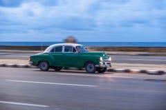 哈瓦那,古巴- 2017年10月20日:哈瓦那老镇和Malecon地区与老出租汽车车 古巴 摇摄 图库摄影