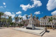 哈瓦那,古巴- 2017年10月20日:哈瓦那老镇Cetral公园在有何塞马蒂和何塞Vivalta雕象的哈瓦那  库存照片