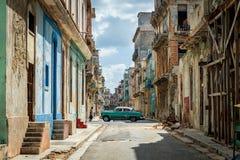 哈瓦那,古巴- 2017年10月23日:哈瓦那街市与地方独特的建筑学和老葡萄酒汽车在背景中 免版税库存照片