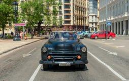 哈瓦那,古巴- 2017年10月20日:哈瓦那街市与本市通话业务和老汽车 公开出租汽车 免版税图库摄影