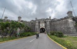哈瓦那,古巴- 2017年10月25日:哈瓦那都市风景和城堡在背景中 免版税库存照片