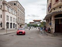 哈瓦那,古巴- 2017年10月25日:哈瓦那都市风景和豪华奥迪汽车在杂乱哈瓦那都市风景背景中 图库摄影