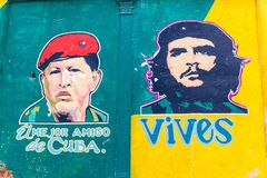 哈瓦那,古巴- 2016年2月23日:在墙壁上的宣传绘画在哈瓦那 它描述乌戈・查韦斯和Che Guavara并且说 免版税库存照片