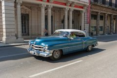 哈瓦那,古巴- 2017年10月20日:在街道上的哈瓦那老汽车 库存图片