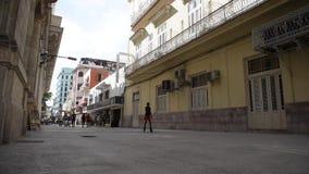 哈瓦那,古巴- 2017年10月20日:有人的哈瓦那老镇 Malecon大道 股票录像
