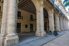 哈瓦那,古巴- 2017年10月23日:有宫殿的响铃哈瓦那老镇街道 免版税库存照片