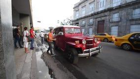 哈瓦那,古巴- 2017年10月20日:有旅游和老出租汽车车的哈瓦那老镇 股票录像