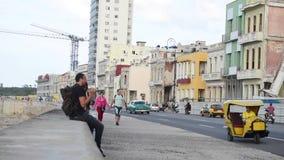 哈瓦那,古巴- 2017年10月20日:有旅游和老出租汽车车的哈瓦那老镇 Malecon大道 影视素材