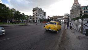 哈瓦那,古巴- 2017年10月20日:有旅游老车和人民的哈瓦那老镇 影视素材