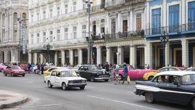 哈瓦那,古巴- 2017年10月20日:有旅游老车和人民的哈瓦那老镇 股票录像