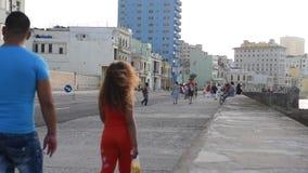 哈瓦那,古巴- 2017年10月20日:有旅游老车和人民的哈瓦那老镇 Malecon大道 股票视频