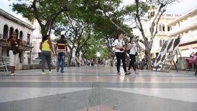 哈瓦那,古巴- 2017年10月20日:有游人和建筑学的哈瓦那老镇 影视素材