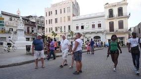 哈瓦那,古巴- 2017年10月20日:有游人和建筑学的哈瓦那老镇 股票录像