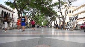 哈瓦那,古巴- 2017年10月20日:有游人的哈瓦那老镇 影视素材