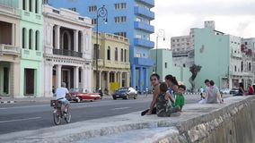 哈瓦那,古巴- 2017年10月20日:有游人Malecon大道的哈瓦那老镇与老车和人民 股票录像