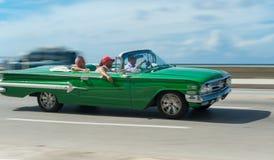 哈瓦那,古巴- 2017年10月20日:移动的老汽车在Malecon,哈瓦那 古巴 与旅游摇摄作用的观光旅游 免版税库存图片