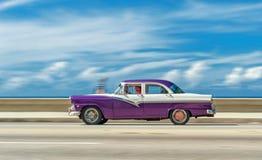 哈瓦那,古巴- 2017年10月20日:移动的老汽车在Malecon,哈瓦那 古巴 观光旅游 免版税库存照片