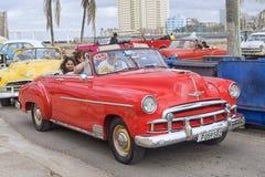 哈瓦那,古巴- 2018年1月04日:经典美国减速火箭的汽车乘驾 免版税库存照片