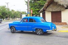 哈瓦那,古巴- 2018年1月04日:经典美国减速火箭的汽车乘驾 库存图片