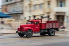 哈瓦那,古巴- 2017年10月21日:老汽车在哈瓦那,古巴 减速火箭的红颜色卡车 免版税库存照片