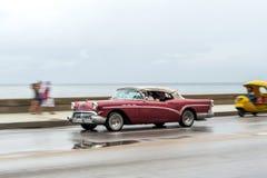 哈瓦那,古巴- 2017年10月21日:老汽车在哈瓦那,古巴 通常减速火箭的车使用作为地方人民和游人的Cari一辆出租汽车 库存照片