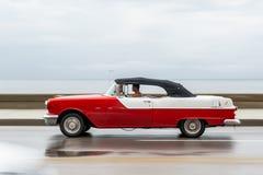 哈瓦那,古巴- 2017年10月21日:老汽车在哈瓦那,古巴 通常减速火箭的车使用作为地方人民和游人的Cari一辆出租汽车 库存图片