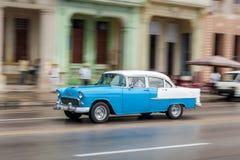 哈瓦那,古巴- 2017年10月21日:老汽车在哈瓦那,古巴 通常减速火箭的车使用作为地方人民和游人的Pann一辆出租汽车 库存照片