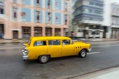 哈瓦那,古巴- 2017年10月21日:老汽车在哈瓦那,古巴 通常减速火箭的车使用作为地方人民和游人的Pann一辆出租汽车 免版税库存图片