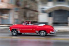 哈瓦那,古巴- 2017年10月21日:老汽车在哈瓦那,古巴 通常减速火箭的车使用作为地方人民和游人的Pann一辆出租汽车 库存图片