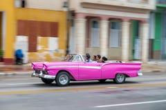 哈瓦那,古巴- 2017年10月21日:老汽车在哈瓦那,古巴 通常减速火箭的车使用作为地方人民和游人的Pann一辆出租汽车 免版税库存照片