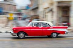 哈瓦那,古巴- 2017年10月21日:老汽车在哈瓦那,古巴 通常减速火箭的车使用作为地方人民和游人的Pann一辆出租汽车 免版税图库摄影