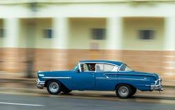 哈瓦那,古巴- 2017年10月21日:老汽车在哈瓦那,古巴 Pannnig 通常减速火箭的车使用作为当地人民和游览的一辆出租汽车 免版税库存图片