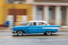 哈瓦那,古巴- 2017年10月21日:老汽车在哈瓦那,古巴 Pannnig 通常减速火箭的车使用作为当地人民和游览的一辆出租汽车 库存图片