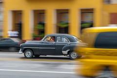 哈瓦那,古巴- 2017年10月21日:老汽车在哈瓦那,古巴 Pannnig 通常减速火箭的车使用作为当地人民和游览的一辆出租汽车 库存照片
