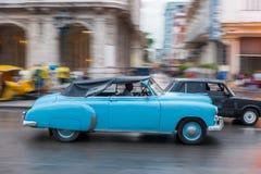 哈瓦那,古巴- 2017年10月21日:老牌减速火箭的汽车在哈瓦那,古巴 军车 蓝色颜色 免版税库存照片