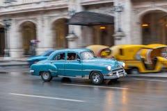 哈瓦那,古巴- 2017年10月21日:老牌减速火箭的汽车在哈瓦那,古巴 军车 蓝色颜色 免版税库存图片
