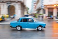 哈瓦那,古巴- 2017年10月21日:老牌减速火箭的汽车在哈瓦那,古巴 军车 蓝色颜色Moskvich车 免版税图库摄影