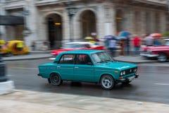 哈瓦那,古巴- 2017年10月21日:老牌减速火箭的汽车在哈瓦那,古巴 公共交通工具旅游和当地人民的出租汽车汽车 Lada 免版税库存图片