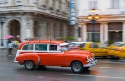 哈瓦那,古巴- 2017年10月21日:老牌减速火箭的汽车在哈瓦那,古巴 公共交通工具旅游和当地人民的出租汽车汽车 红色 免版税库存图片