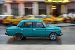 哈瓦那,古巴- 2017年10月21日:老牌减速火箭的汽车在哈瓦那,古巴 公共交通工具旅游和当地人民的出租汽车汽车 Lada 图库摄影