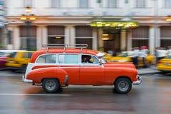 哈瓦那,古巴- 2017年10月21日:老牌减速火箭的汽车在哈瓦那,古巴 公共交通工具旅游和当地人民的出租汽车汽车 桃红色 库存图片