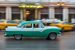 哈瓦那,古巴- 2017年10月21日:老牌减速火箭的汽车在哈瓦那,古巴 公共交通工具旅游和当地人民的出租汽车汽车 双桅船 库存照片