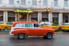 哈瓦那,古巴- 2017年10月21日:老牌减速火箭的汽车在哈瓦那,古巴 公共交通工具旅游和当地人民的出租汽车汽车 桃红色 免版税库存照片