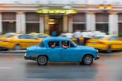 哈瓦那,古巴- 2017年10月21日:老牌减速火箭的汽车在哈瓦那,古巴 公共交通工具旅游和当地人民的出租汽车汽车 蓝色 免版税库存图片