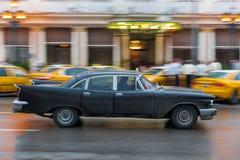 哈瓦那,古巴- 2017年10月21日:老牌减速火箭的汽车在哈瓦那,古巴 公共交通工具旅游和当地人民的出租汽车汽车 Blac 库存图片