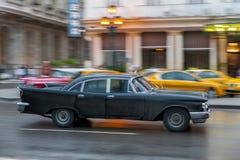 哈瓦那,古巴- 2017年10月21日:老牌减速火箭的汽车在哈瓦那,古巴 公共交通工具旅游和当地人民的出租汽车汽车 Blac 免版税库存照片
